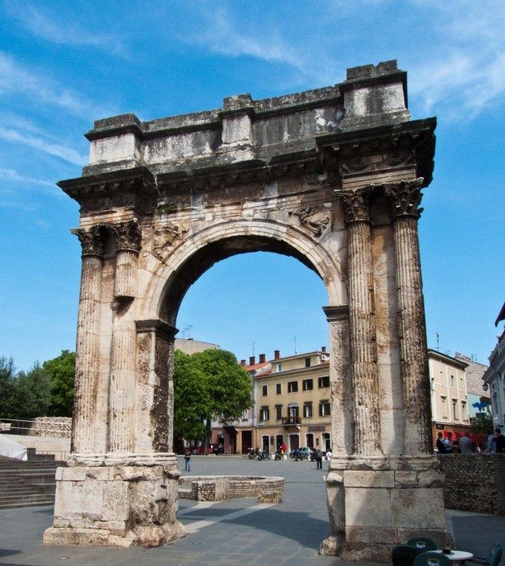 Хорватия, город Пула, Адриатическое море, достоприиечательности, триумфальная арка Сергия