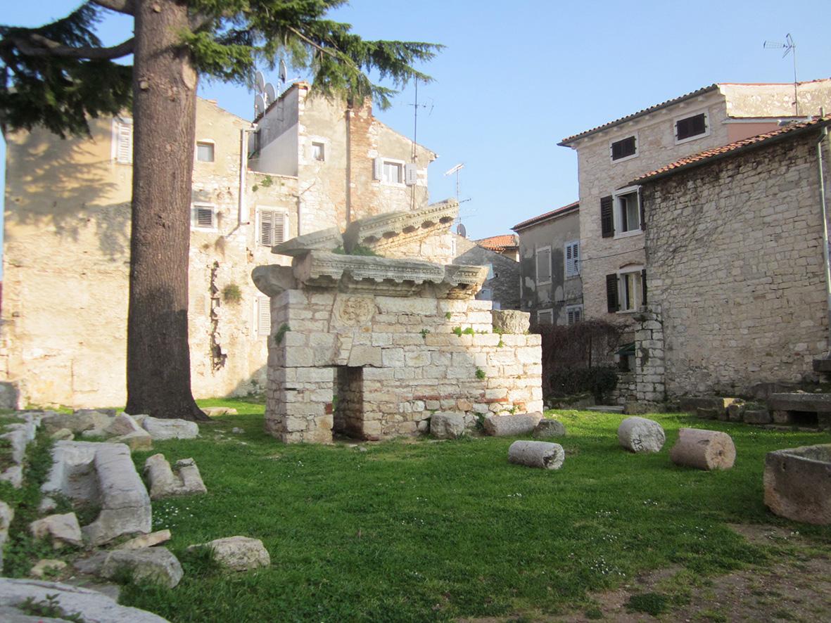 Хорватия, город Пореч,храм Нептуна, развалины