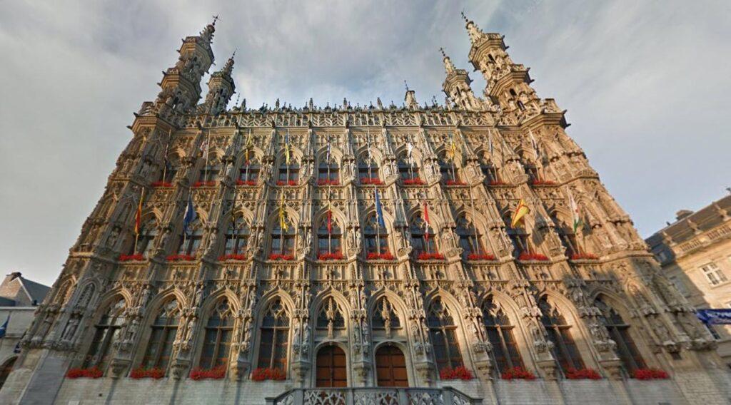Grote Markt Трехъярусная ратуша – символ Левена