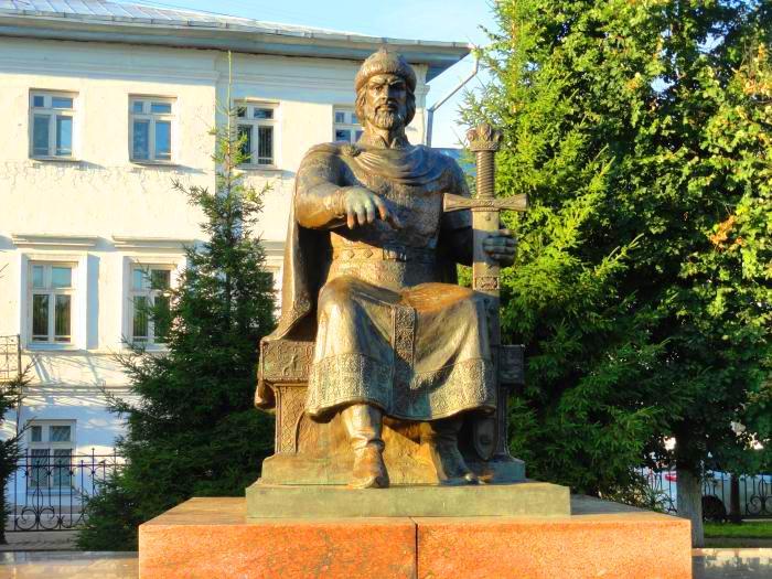Памятник Юрию Долгорукому в Костроме