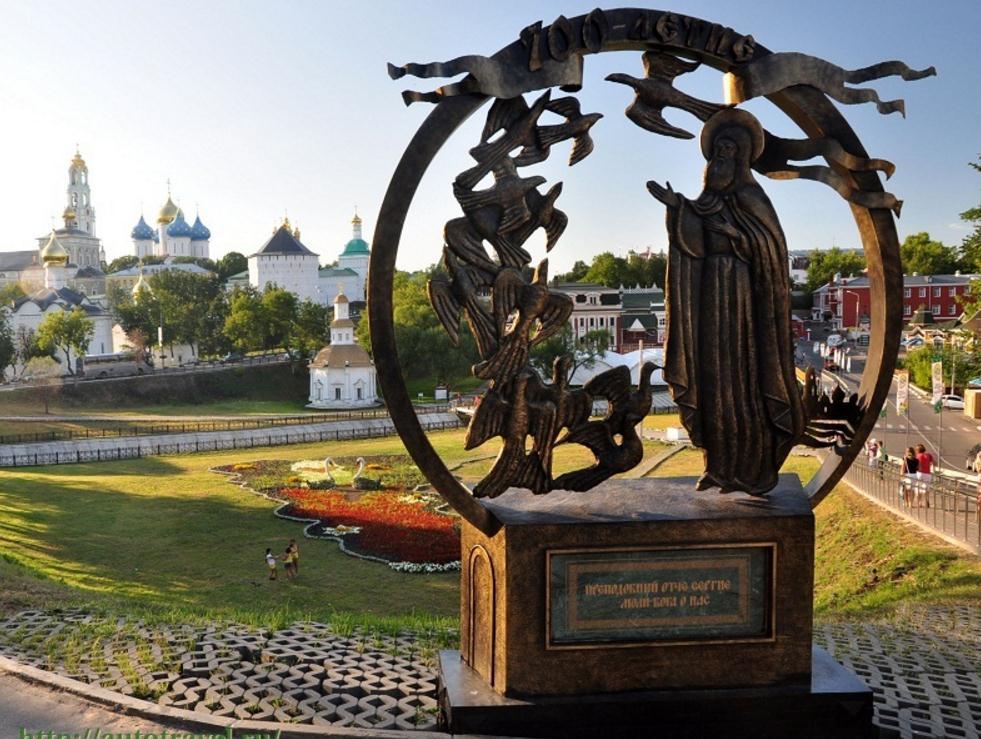 Скульптура Сергий и голуби Сергиев Посад