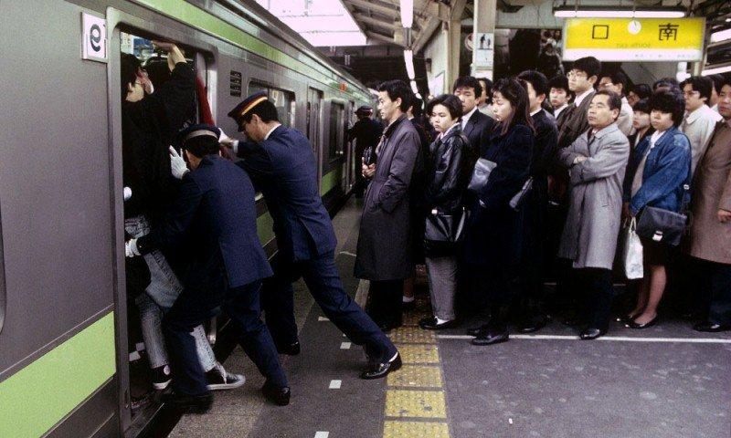 Уплотнители, толкатели в японском метро в час пик