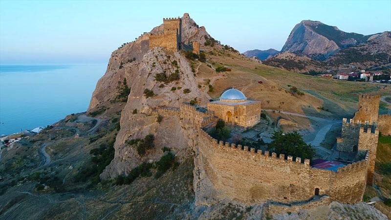 Генуэзская крепость вид сверху, храм
