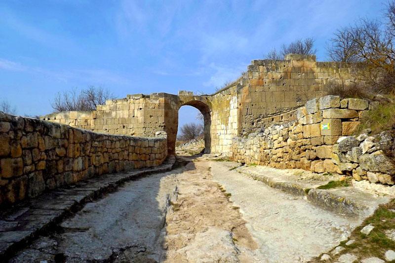 Чуфут Кале ворота в старый город
