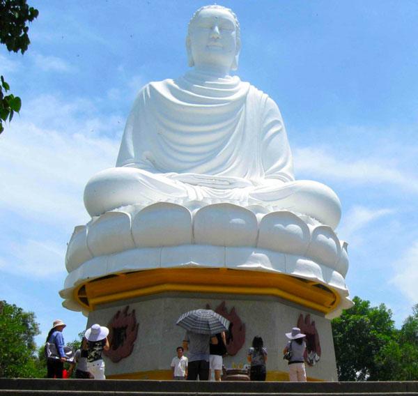Длинная пагода Сон со статуями Будды